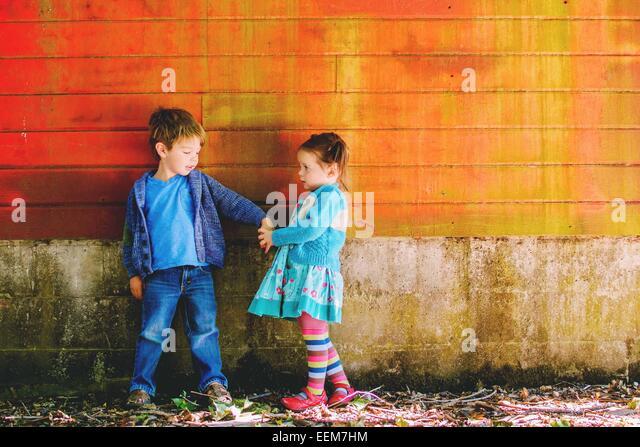Jungen und Mädchen (2-3) Hand in Hand Stockbild