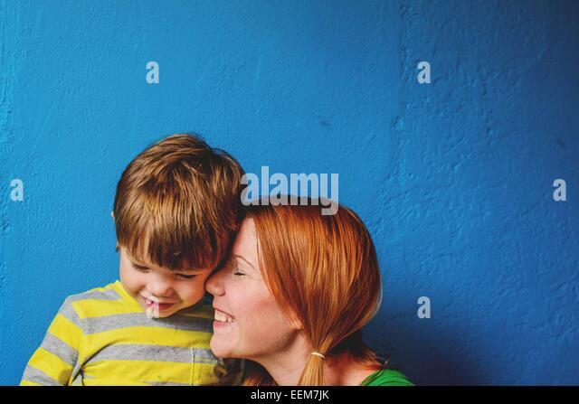 Mutter Sohn kuschelte's Gesicht (2-3) Stockbild