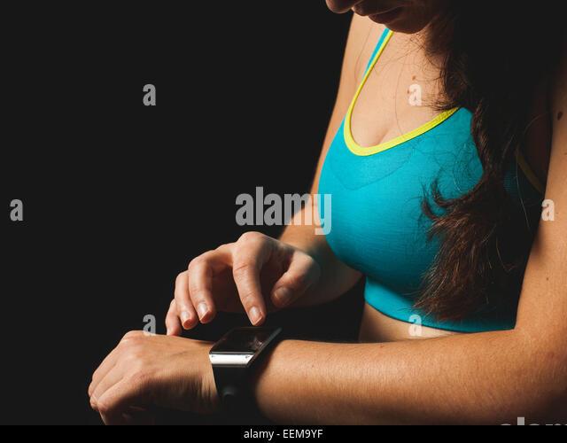 Frau auf der Suche von smart watch Stockbild