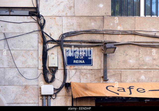 Freiliegende Kabel an einer Straßenecke in der Stadt Valencia Stockbild