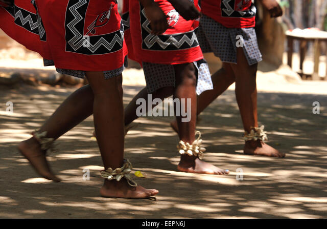 Synchronisierte Bein- und Fußfreiheit Bewegung der drei Swazi Frauen Tänzer in traditionellen Tänzen Stockbild