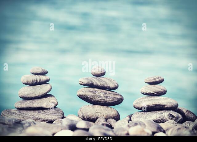Vintage Retro-Hipster-Stil von Steinen am Strand, Zen Spa Konzept Hintergrund Bild. - Stock-Bilder