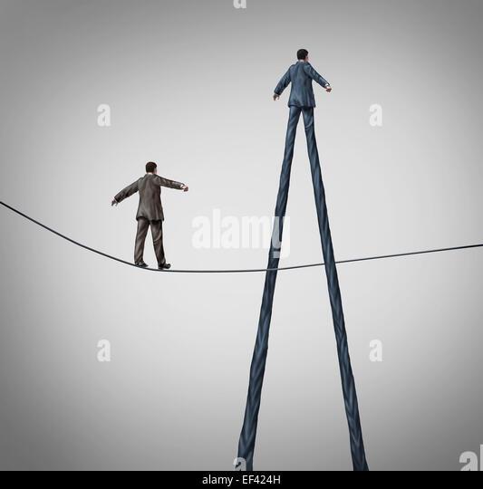 Karriere-Vorteil-Business-Konzept als Geschäftsmann zu Fuß auf einem Hochseil-Drahtseil als Metapher für Stockbild