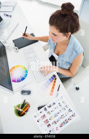 Designer arbeiten mit Farbrad und digitizer Stockbild