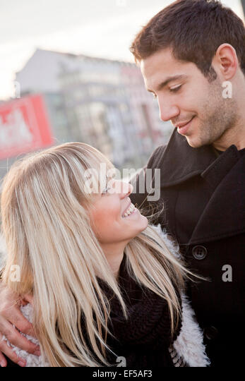 Porträt des jungen Paares zu verlieben Stockbild