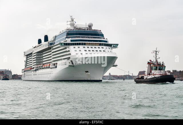 Das Kreuzfahrtschiff Celebrity Solstice ist in den Hafen von Venedig, Italien geschleppt. Stockbild