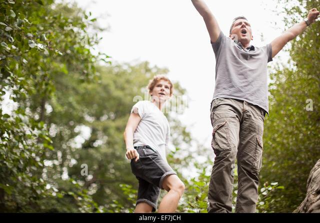 Vater und Sohn in einem Park zu genießen Stockbild