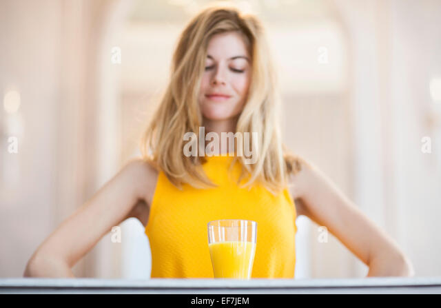 Frau mit Orangensaft Stockbild