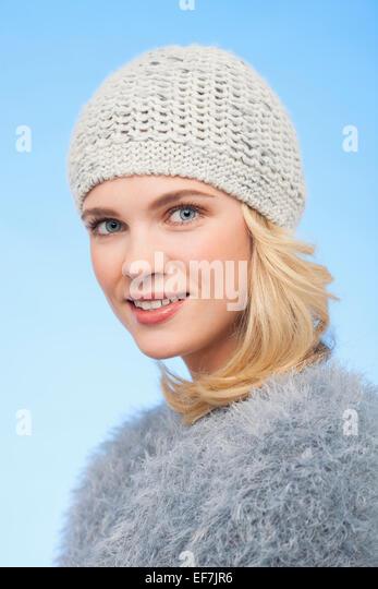 Porträt einer schönen Frau in Strickmütze Stockbild