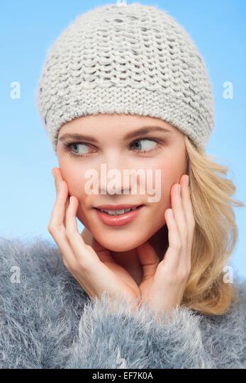 Schöne Frau in Strickmütze Stockbild