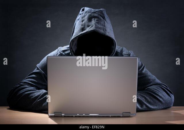 Computer-Hacker stehlen Daten von einem laptop Stockbild