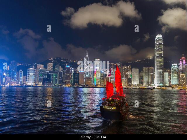 Nachtansicht des Victoria Harbour Hong Kong mit Müll Stockbild