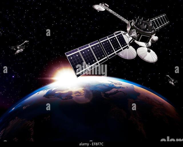 Kommunikationssatelliten, Comsat, über Erdkugel auf schwarzen Sternenhimmel Hintergrund durch die aufgehende Stockbild