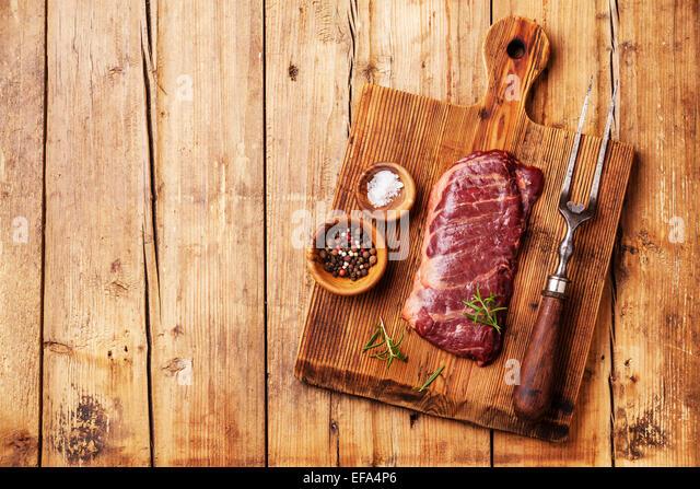 Rohes Frischfleisch Steak Machete mit Salz und Pfeffer auf hölzernen Hintergrund Stockbild