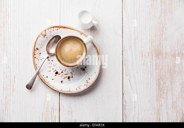 Kaffeetasse auf weißem Holz Hintergrund Stockbild