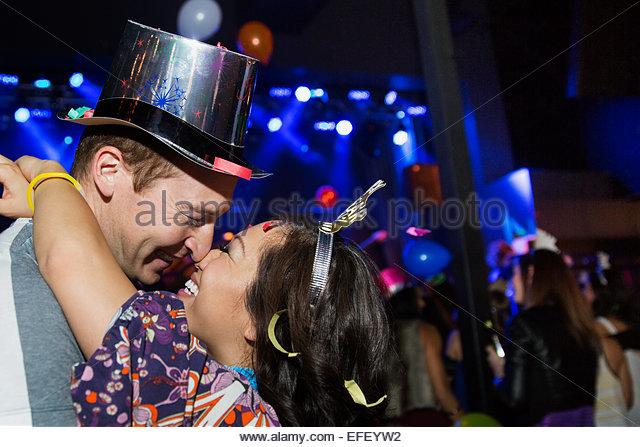 Paar küssen an Silvester Feier Stockbild