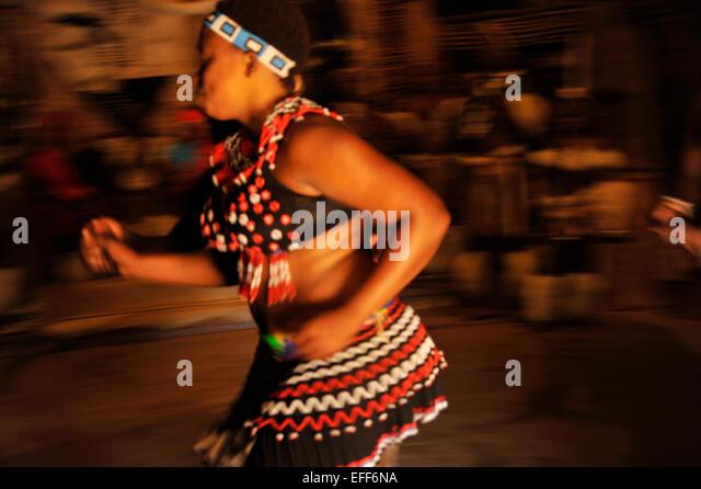 Bewegungsunschärfe Szene der energetischen traditionellen Tanz Shakaland Kultur Village Südafrika Zulu Stockbild