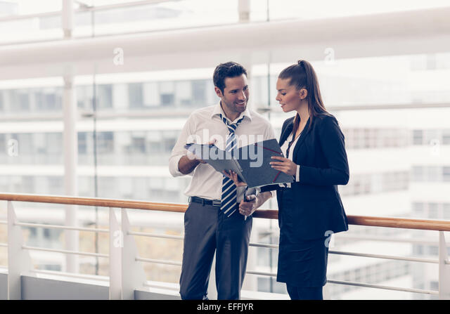Business-Leute zu treffen und Ideen austauschen Stockbild