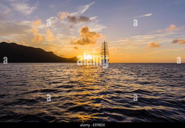 Caribian, Antillen, kleine Antillen, Grenadinen, Bequia, Karibik segeln Schiff bei Sonnenuntergang Stockbild