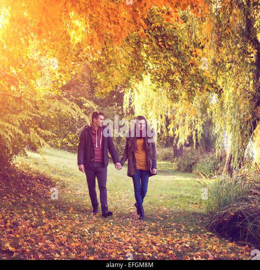 Paar Hand in Hand gehen in den Wald im Herbst Stockbild