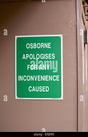 """""""Osborne entschuldigt sich für etwaige Unannehmlichkeiten"""" Zeichen - versehentliche politische Satire, Stockbild"""