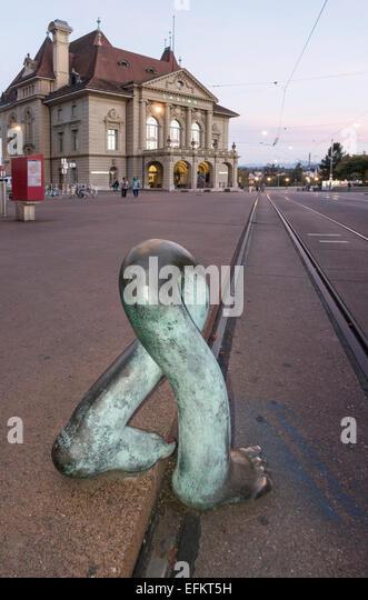 "Luciano Andreani Klangskulptur ""Headless"" am Casino-Platz in Bern, Schweiz Stockbild"