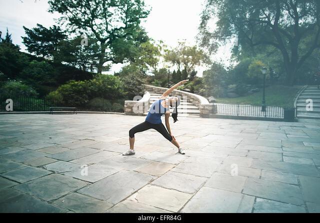 Junge Frau, im Freien, Ausübung Stockbild