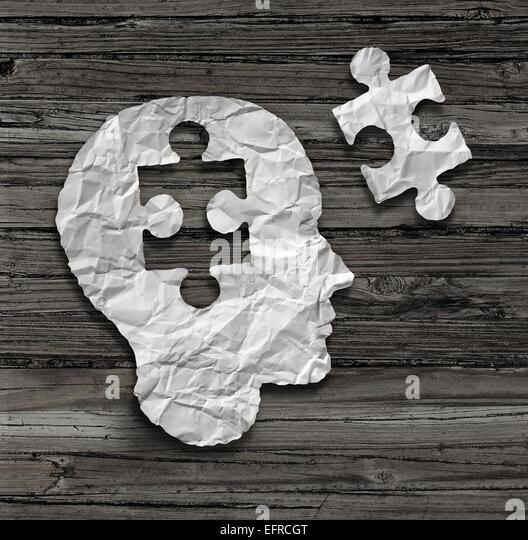 Puzzle-Kopf Gehirn-Konzept als ein menschliches Gesichtsprofil hergestellt aus zerknitterten weißes Papier Stockbild
