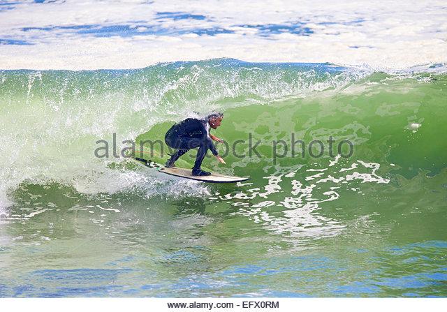 Surfer reiten die Kurve der großen Welle Stockbild