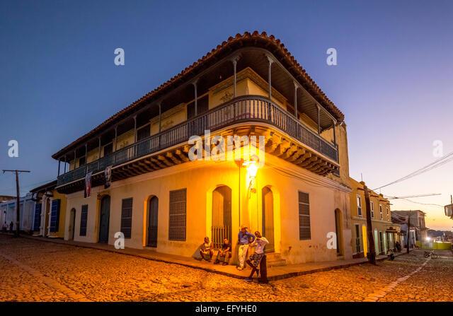 Wohnhaus mit Jugendlichen Kubaner außerhalb, Abenddämmerung, historisches Zentrum, Trinidad, Provinz Sancti Stockbild