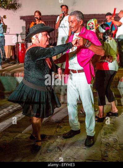 Ältere Kubaner Salsa tanzen zur Musik von einer live-Band auf einem Markt in Trinidad, Provinz Sancti Spíritus, Stockbild