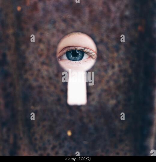 Mädchen (8-9) auf der Suche durch Schlüsselloch Stockbild