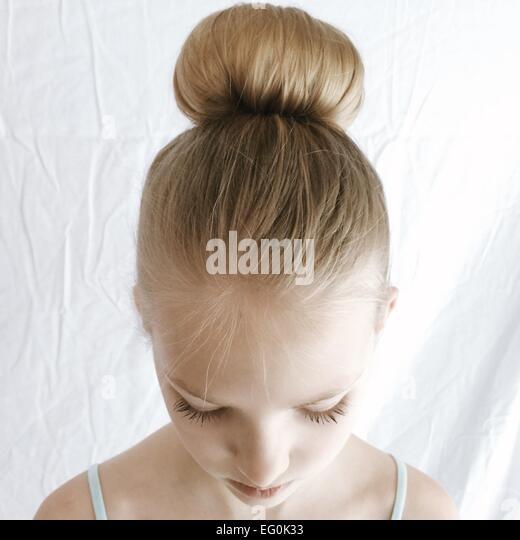 Porträt eines Mädchens mit einem Haar Brötchen nach unten Stockbild