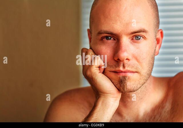 Portrait der Mann seinen Kopf in seine Hand ruhen Stockbild