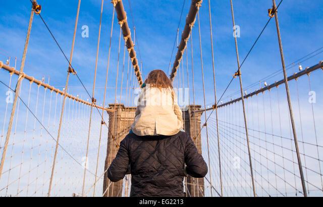 Papa und kleine Mädchen auf Brooklyn bridge, New York City, USA Stockbild