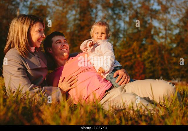 Familie auf der Wiese Stockbild