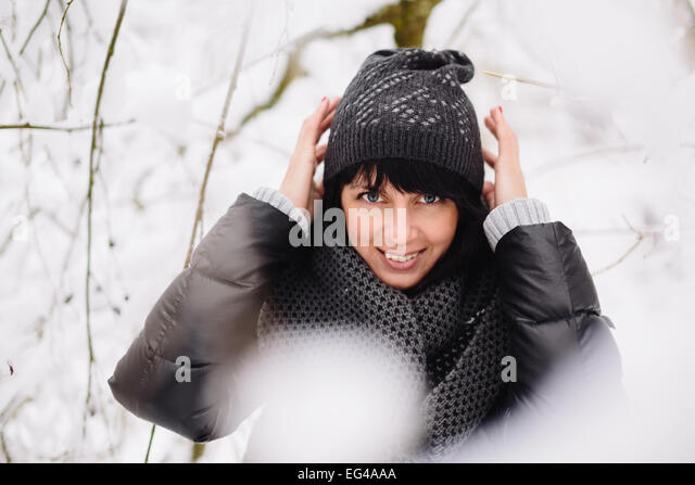 Porträt eines schönen Mädchens im Winterwald Stockbild