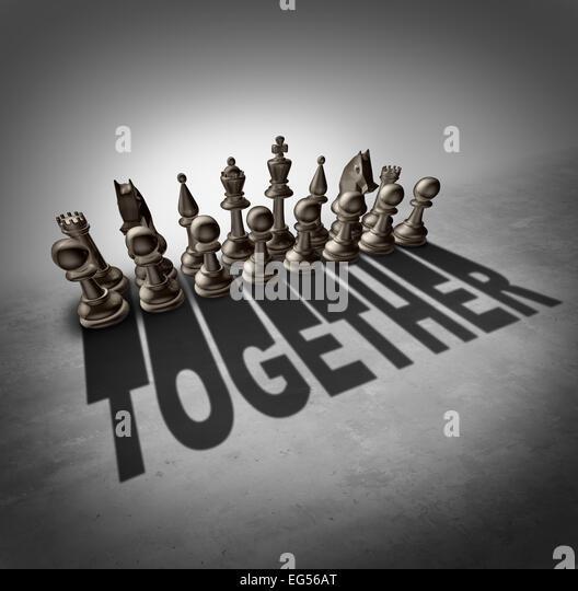 Zusammen Konzept und Team Mühe Symbol als eine Gruppe von Schachfiguren in einem Satz wirft einen Schatten Stockbild
