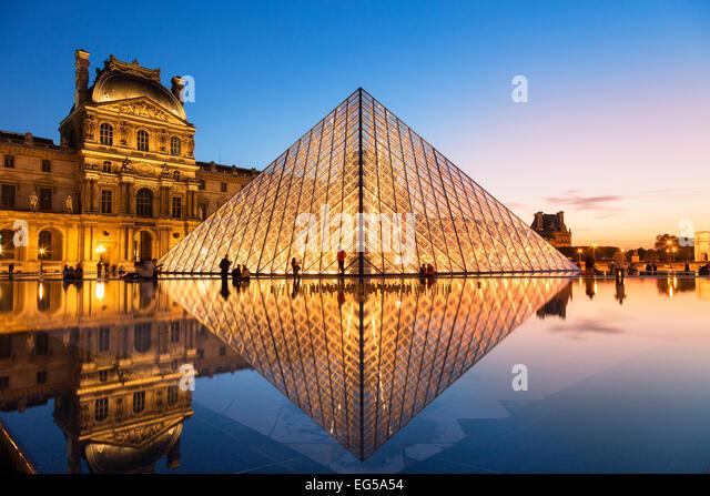 Paris, Louvre-Pyramide in der Abenddämmerung Stockbild
