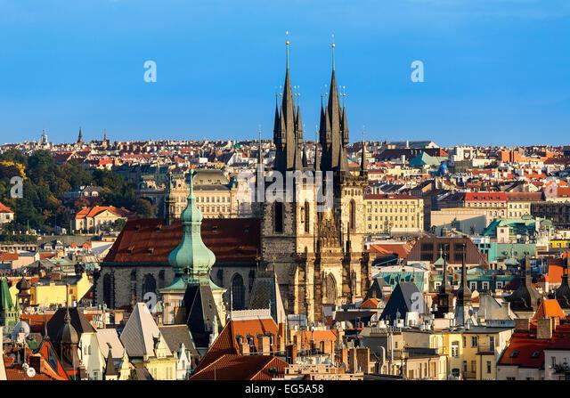 Skyline von Prag in der Abenddämmerung mit Teynkirche Stockbild
