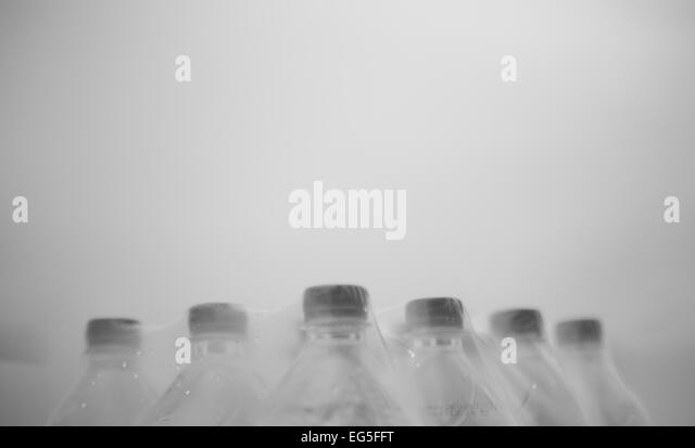 Flaschen mit Kunststoff abgedeckt stehen in Formationen und militärischer Disziplin. Dies zeigt, Teamwork, Stockbild