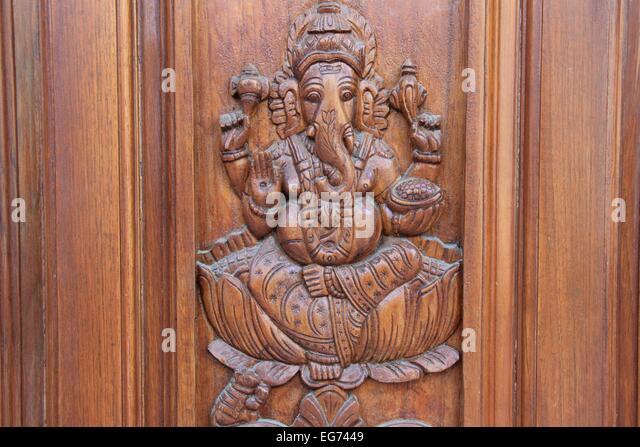 Bas-Relief Ätzen von Ganesha auf Teakholz Türverkleidung Stockbild