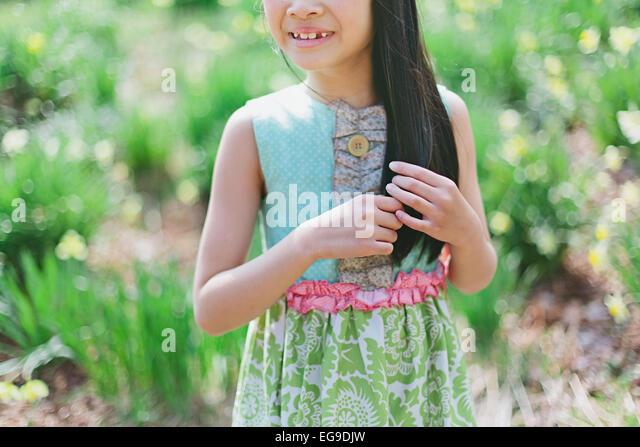 Mädchen (8-9) mit Haaren spielen Stockbild