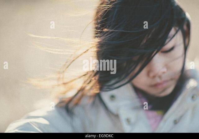 Mädchen (8-9) Porträt an windigen Tag Stockbild