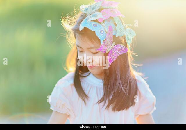 Mädchen (8-9) mit Schmetterlingen in Haar Stockbild