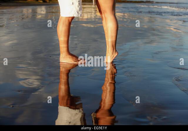 Low-Bereich des jungen Paares stehen am Strand Stockbild