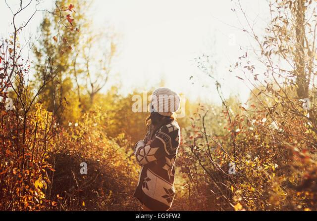 Frau in Pullover Wandern im herbstlichen Wald Stockbild
