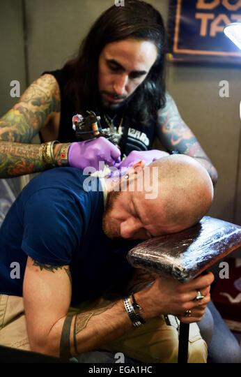 Brighton, UK. 20. Februar 2015. Ein Mann hat ein Tattoo stellen am Hals auf der 8. Brighton Tattoo Convention Stockbild