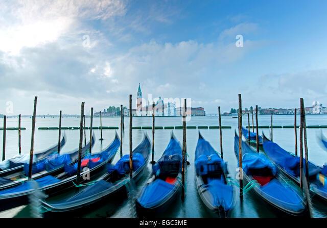 Gondeln und Kirche San Giorgio Maggiore in Venedig, Italien Stockbild
