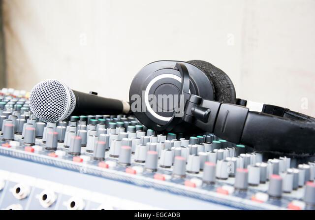 Mikrofon und Kopfhörer auf einer Konsole bereit für Konzert Stockbild